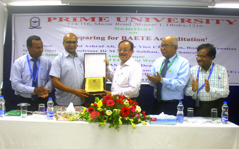 <p align=center>Chief Guest, Senior Vice Chairman of BOT, Md Ashraf Ali is handing over the crest to the Keynote Speaker, Prof Dr Anisul Haque</p>