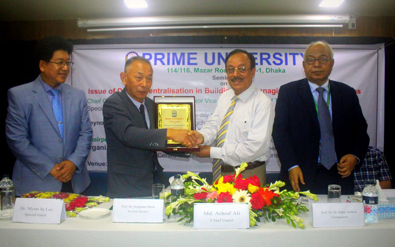 <p>A crest being handed over to the keynote speaker by the chief guest
